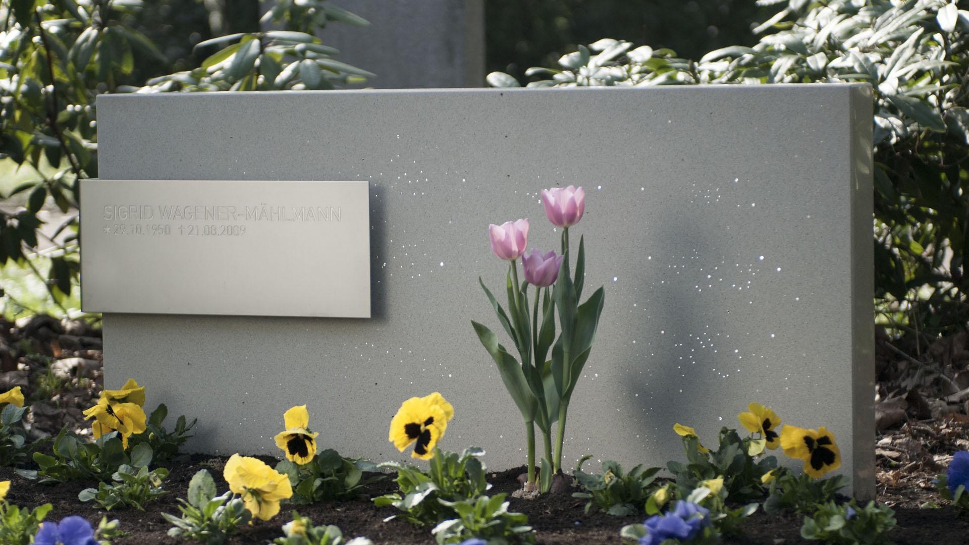 Moderne grabsteine aus lichtbeton design grabsteine grabmale for Finding an architect for a remodel